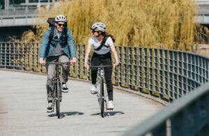 Minimalistisk singlespeed cykel med el-motor för stadscykling